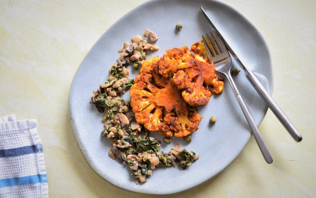 Карфиолени стекове на фурна с печурки, спанак и орехов тахан